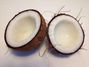 quitar la carne de coco